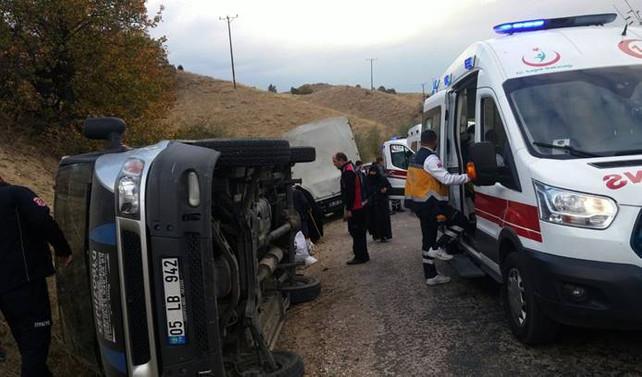 Amasya'da minibüs devrildi: 11 yaralı