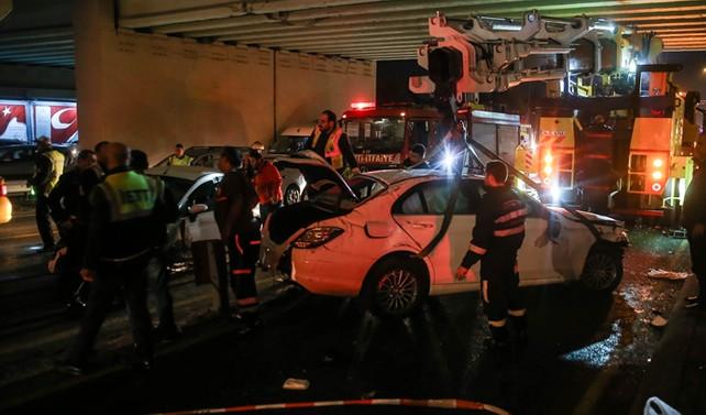 Metrobüs yoluna araç girdi: 1 kişi yaralandı