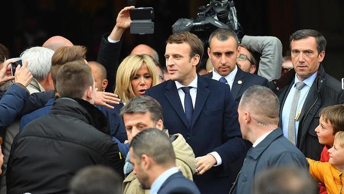 Macron'un popülaritesi ilk kez yükseldi