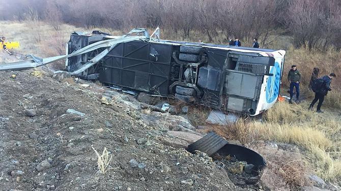 Otobüs şarampole yuvarlandı: 1 ölü 10 yaralı