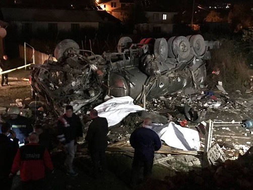 Düzce'de beton mikseri kahvehaneye girdi: 2 ölü