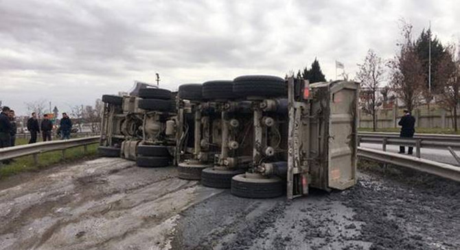 TEM'de kaza, yol trafiğe kapandı