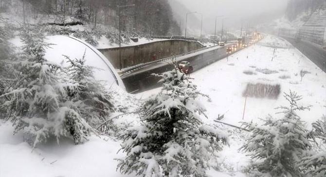Bolu Dağı'ndaki yoğun kar ulaşıma engel oluyor