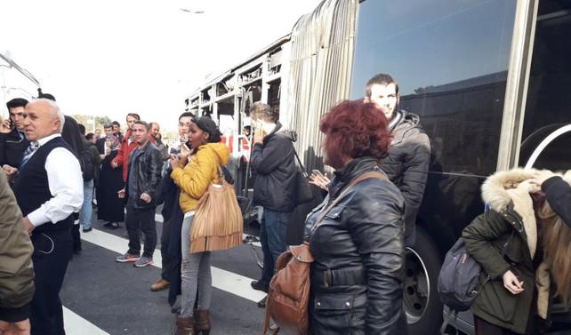 İki metrobüs çarpıştı: 2'si ağır, 19 yaralı