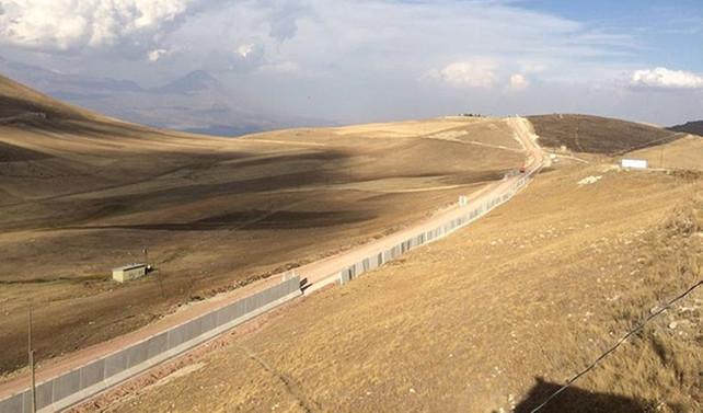 Sınırdaki duvarın yarısı tamamlandı