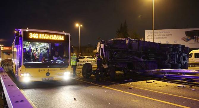 Metrobüs yoluna TIR devrildi: 3 yaralı