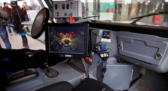 Yayalar sürücüsüz araçları el işareti ile durdurabilecek