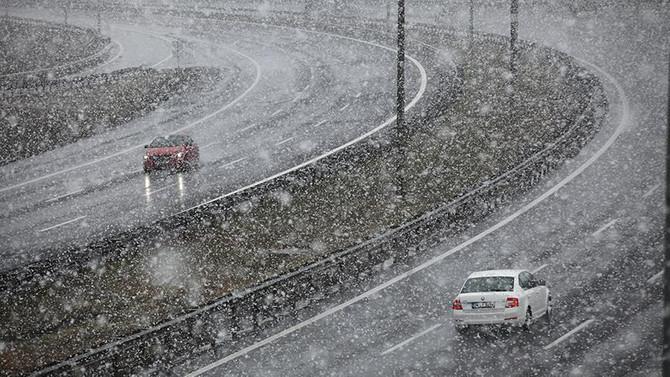 Kar yağışı TEM'de ulaşımı olumsuz etkiledi
