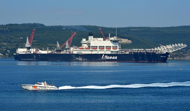 TürkAkım'da boru döşeyecek gemi boğazdan geçti