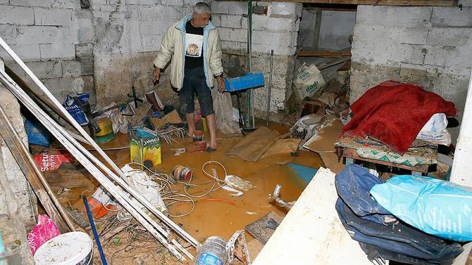 İzmir'de kuvvetli sağanağın ardından temizlik yapılıyor