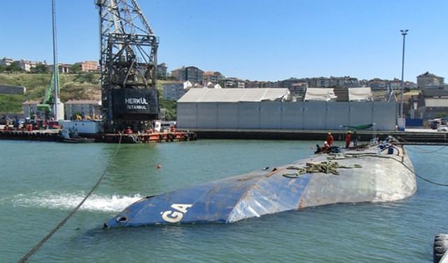 Batan gemideki konteynerler sudan çıkarıldı