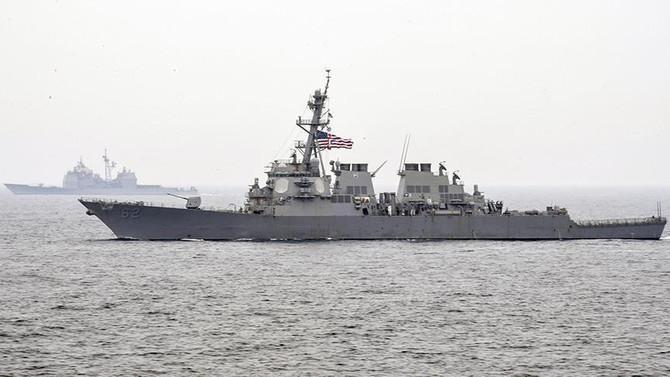 ABD destroyeri ile yük gemisi çarpıştı