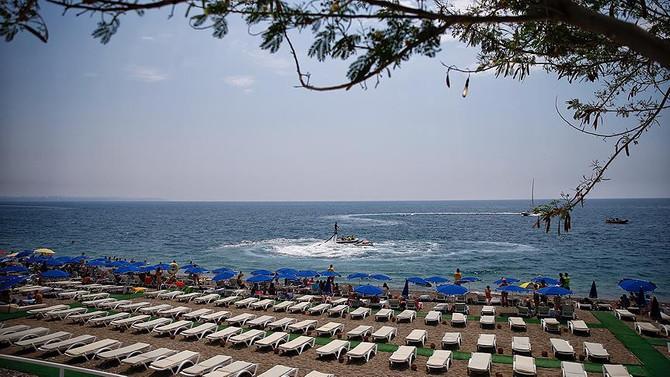 Konyaaltı Sahili'nde mavi bayraklar dalgalanmaya başladı