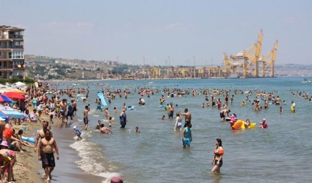 Tatile çıkamayan İstanbullular sahilleri doldurdu