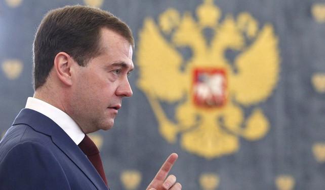 Medvedev: Bütçe açığı 1.5 trilyon rubleye gerileyecek