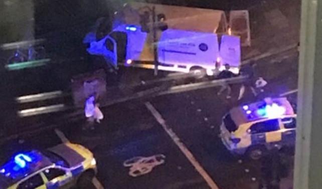 Londra'da bir aracın yayalara çarptığı iddia ediliyor