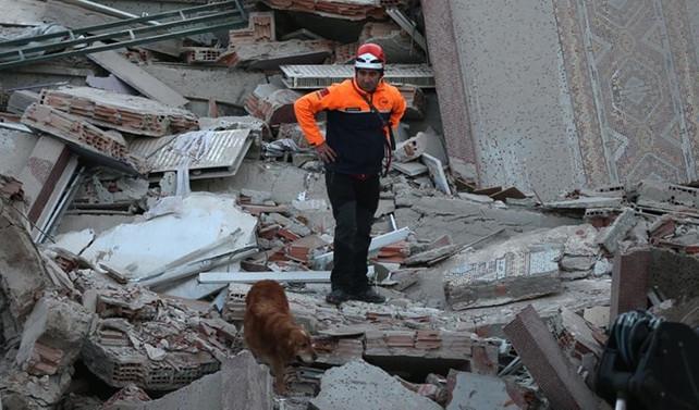 Kumkapı'da bina çöktü