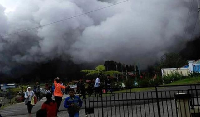 Endonezya'da helikopter düştü
