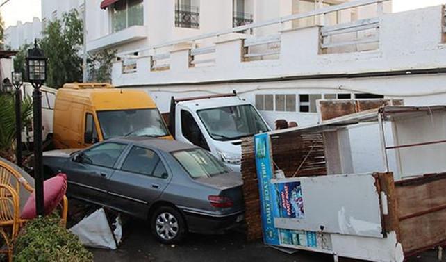 Bodrum'da deniz yükseldi, onlarca aracı sürüklendi