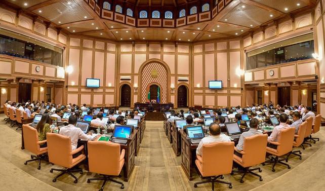 Maldivler'de ordu parlamento kapısını kilitledi
