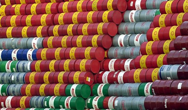 Petrol, azalan stoklar ile yükseldi
