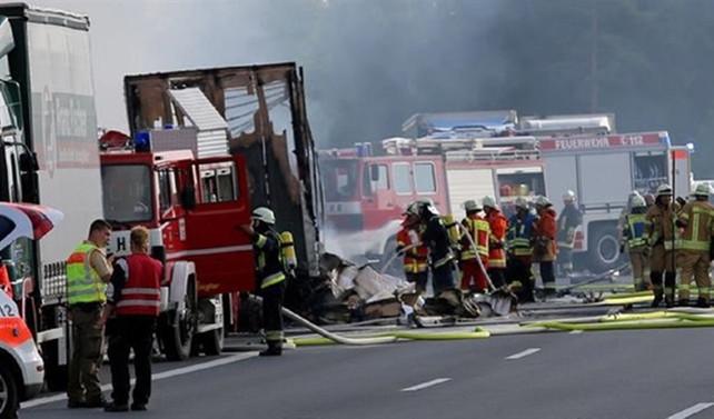 Almanya'da otobüs TIR'a çarptı: 18 ölü