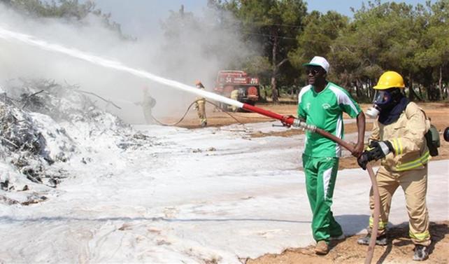 Afrikalı ormancılara yangın tatbikatı