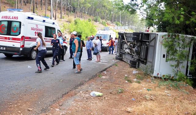 Antalya'da otobüs devrildi