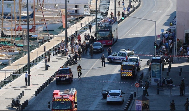 Fransa'da otomobil durağa çarptı