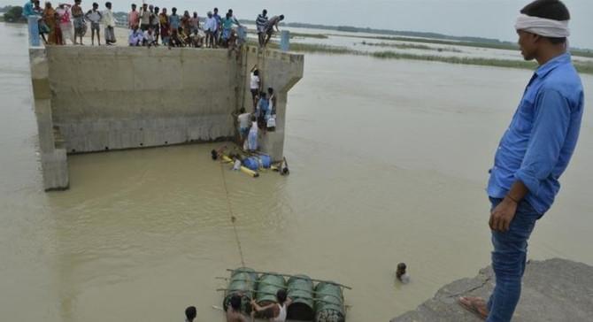 Hindistan'daki sel 250 can aldı