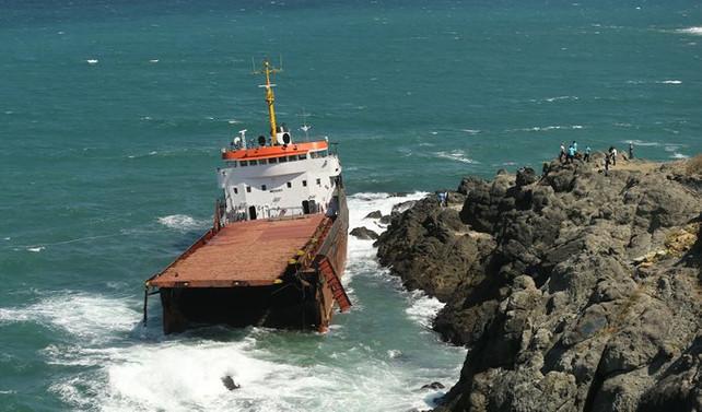 Kilyos'ta ikiye bölünen geminin ön bölümü battı