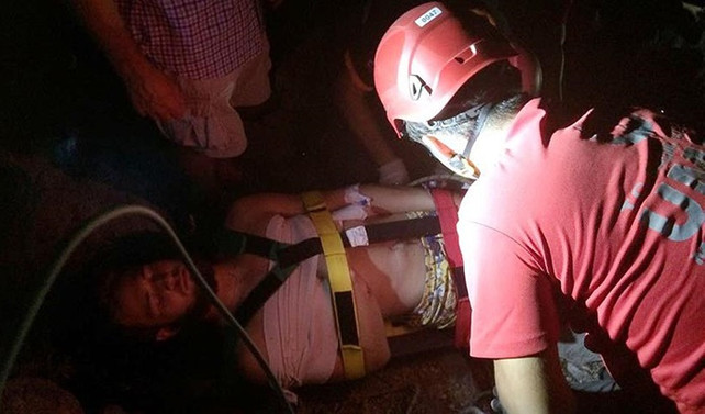Dağda mahsur kalan yaralı İngiliz helikopterle kurtarıldı