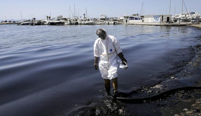 Atina sahilleri petrolle kaplandı