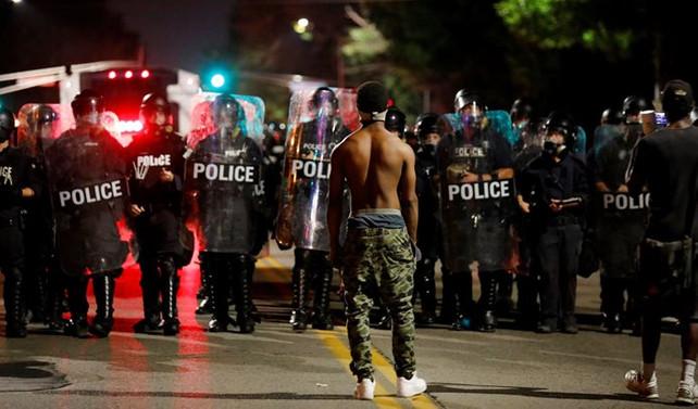 ABD'de polis protesto edildi