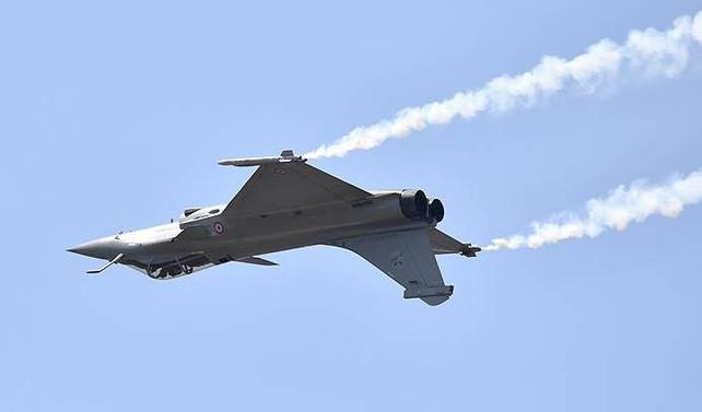 İtalya'da gösteri yapan savaş uçağı denize düştü