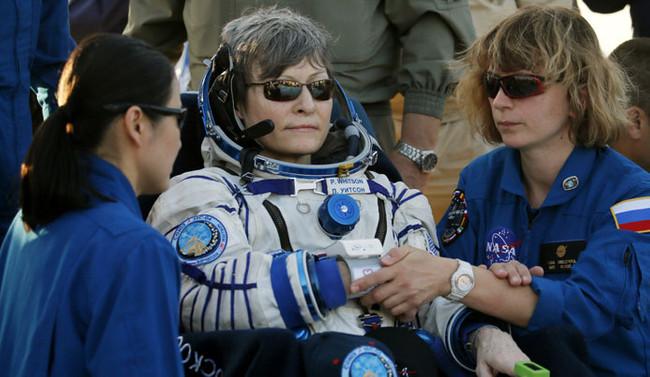 Whitson, uzayda en uzun süre kalan Amerikalı oldu
