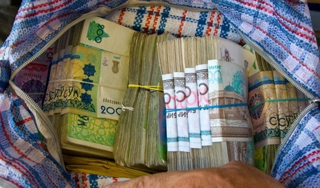 Dalgalı kurla Özbekistan somu yüzde 92,4 değer kaybetti