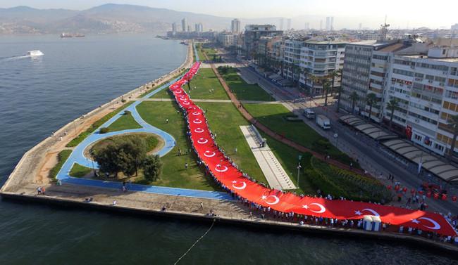 İzmir'de 50'şer metrelik Türk bayrağı ve Atatürk portresi açıldı