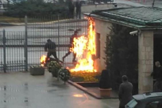 Meclis önünde kendini ateşe verdi