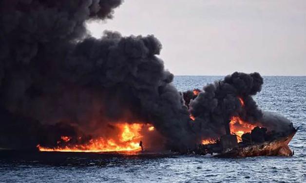 Çin'de bir haftadır yanan tanker gemisi battı
