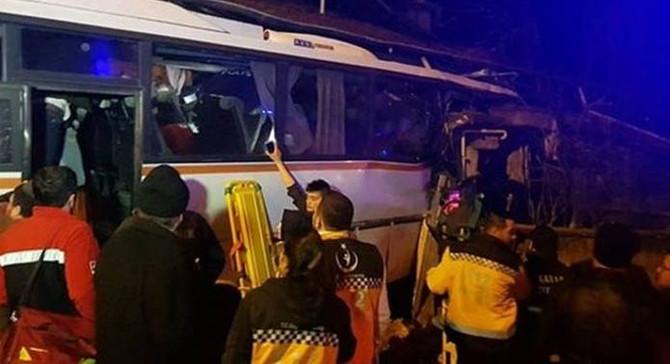 Servis otobüsü eve çarptı: 4 ölü, 2 yaralı