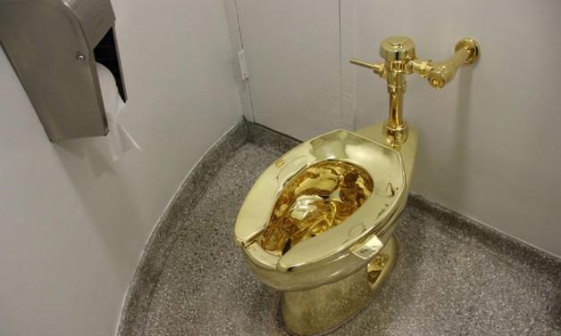 Müzeden Trump'a tablo yerine altın klozet teklifi