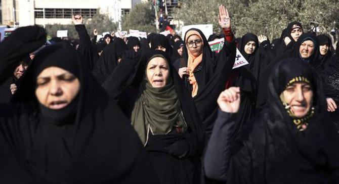 İran'da rejim destekçileri de sokağa çıktı