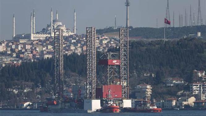 Dev petrol platformu Boğaz'dan geçemedi