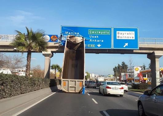 İzmir'de TIR dorsesi üst geçide çarptı