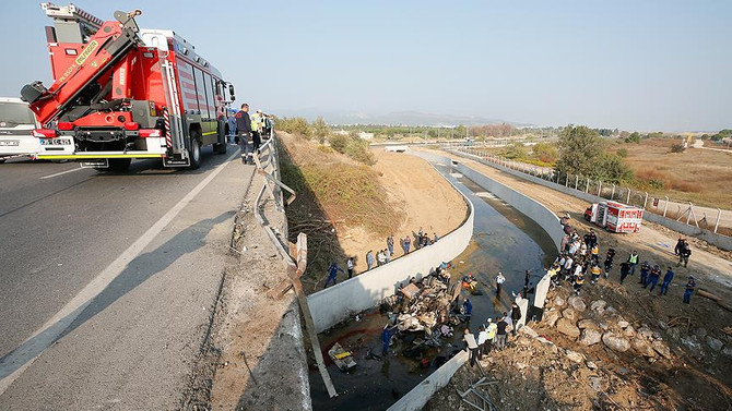 Kaçak göçmenleri taşıyan kamyon devrildi: 22 ölü
