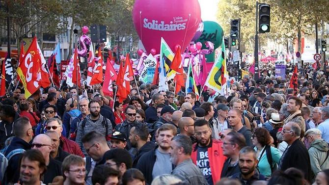 Fransa'da Macron ve hükümet karşıtı olaylı gösteri