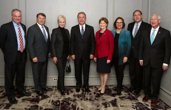Milli Savunma Bakanı Akar, ABD'li senatörlerle bir araya geldi