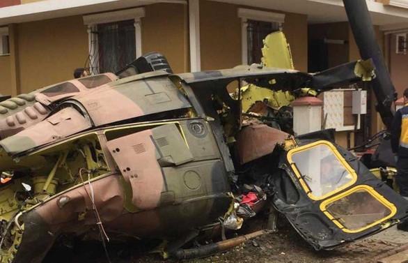 İstanbul'da evlerin arasına helikopter düştü