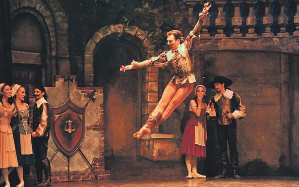 Sahnede entrika, aşk ve kılıç şıngırtıları